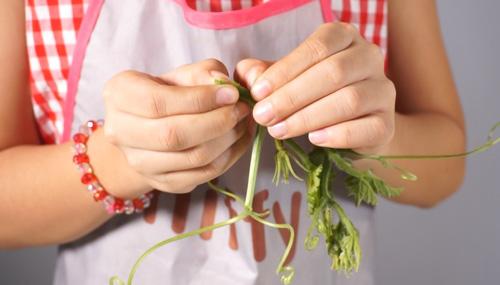 Làm sạch ngón tay khi nhặt rau